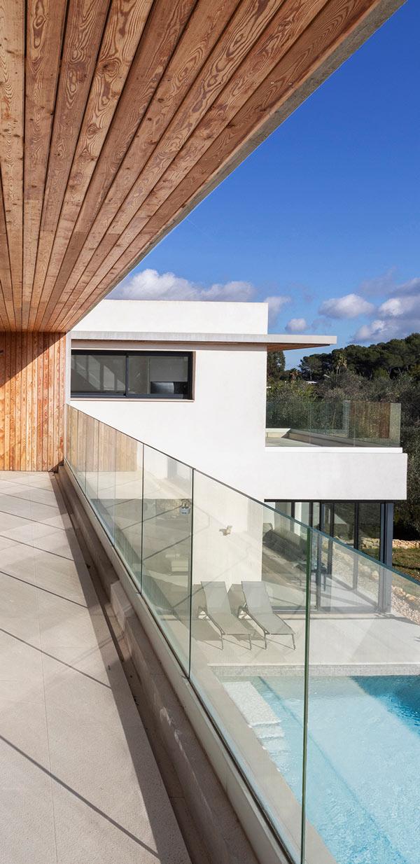 Balcon avec vue sur piscine
