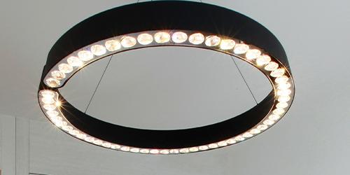 Lampe ronde au plafond